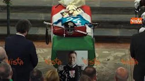 31_07_19_Carabiniere_ucciso_a_Roma_la_vedova_legge_ai_funerali_legge_il_testo_La_moglie_del_car_web